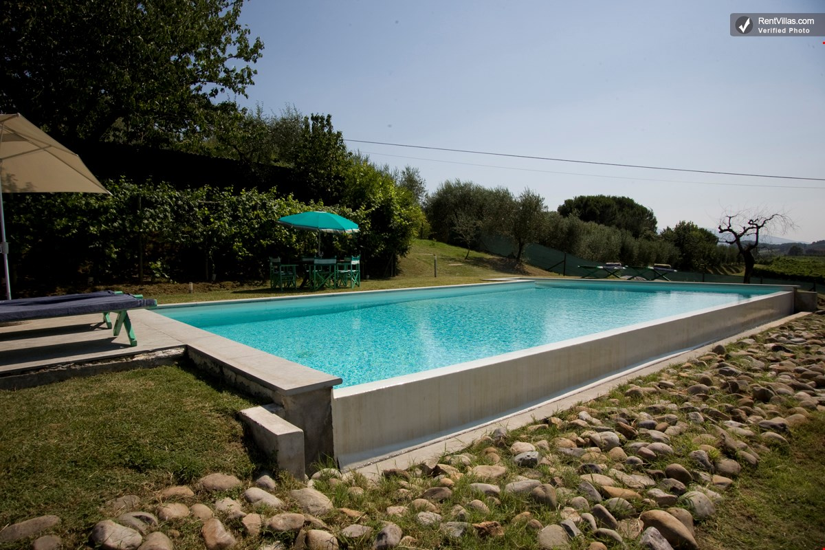 Photos of villa with private swimming pool near lucca casa montecarlo for Swimming pools open today near me